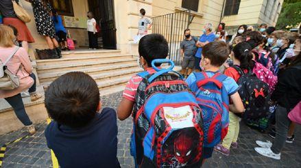 Italia: Seis meses después, escolares vuelven a las aulas usando mascarillas