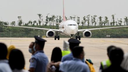 China: El primer vuelo internacional llegó a Wuhan, epicentro de la COVID-19