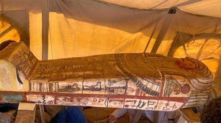 Egipto: Descubren catorce sarcófagos de hace 2 500 años en el fondo de un pozo [FOTOS]