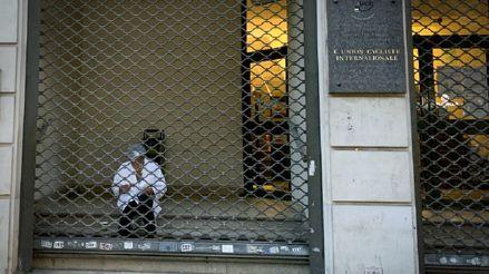 Francia: París prepara nuevas restricciones para frenar repunte de contagios de COVID-19