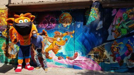 Crash llegó con mascarilla de visita a México e inauguró su propio mural