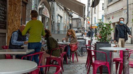 Francia extiende el toque de queda a otros 38 departamentos del país:
