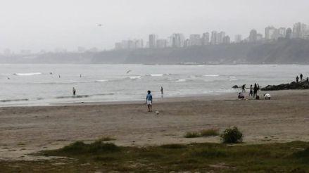 Decenas de personas acuden a las playas de la Costa Verde pese a restricciones