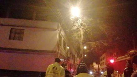 SJL: incendio afectó una casa y ocupantes tuvieron que escapar por la ventana del segundo piso