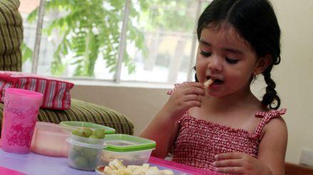 Sigue estos cinco consejos para alimentar de manera nutritiva y económica a los niños en casa