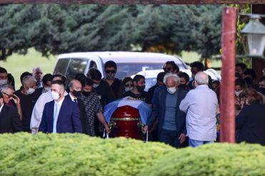 Diego Armando Maradona fue enterrado este jueves al lado de sus padres en el cementerio Jardín de Bella Vista
