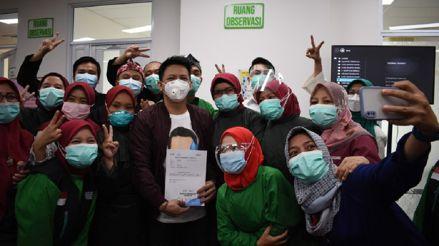 Indonesia vacuna a 'influencers' contra la COVID-19 para dar confianza a la población