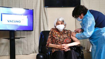 Chile comienza la vacunación masiva contra la COVID-19 en la tercera edad