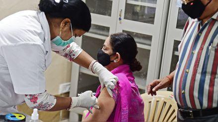 India vacunará contra la COVID-19 las 24 horas para acelerar la inmunización