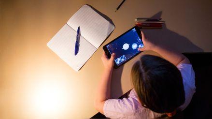 Cenar tarde, hacer vida nocturna y usar el móvil antes de dormir engorda