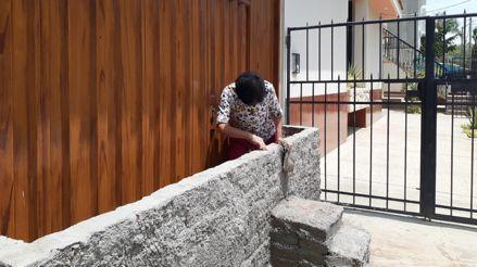 Piura: Una familia construye muros por temor a posible desborde del río