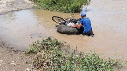 Lambayeque: Cruzan el río Zaña con cámaras de llantas y arriesgan su vida [Video]