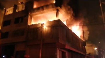 Más de 30 unidades de bomberos intentan controlar incendio de taller en Villa El Salvador