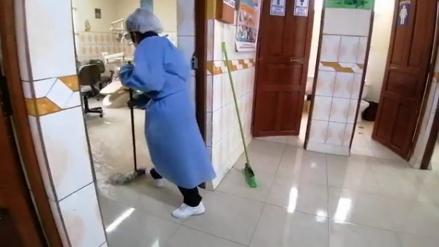 Junín: Centro de Salud se inunda y personal usa sus prendas personales como trapeadores [VIDEO]