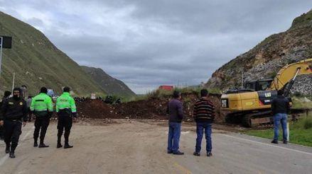 Paro de transportistas: Pasajeros y profesionales de salud caminan kilómetros por el bloqueo de las vías en Junín [VIDEOS]