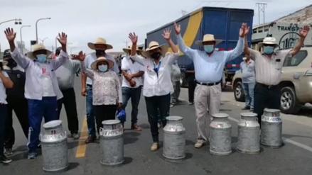 Arequipa: Ganaderos arrojan leche a la pista en apoyo a paro de transportistas [VIDEO]