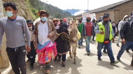 Huancavelica: Visten con falda y pasean en burro a alcalde por incumplimiento de promesas [VIDEO]