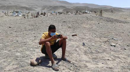 Ica: Más de 80 escolares van hasta un cementerio para captar señal de internet  y recibir clases [VIDEO]