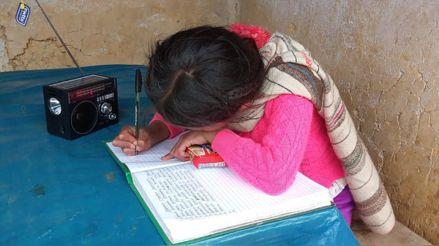 Huánuco: Policías regalan radios solares a niños para que reciban clases
