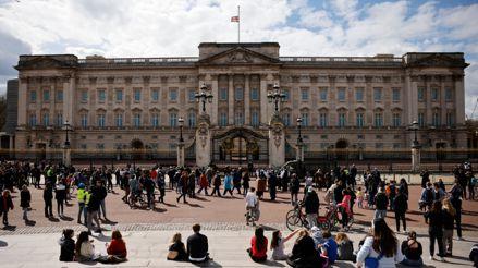 Príncipe Felipe: Reino Unido le rinde homenaje a las afueras del castillo de Windsor y el palacio de Buckingham