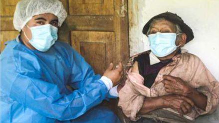 Huánuco: Vacunan contra la COVID-19 a un ciudadano de 121 años