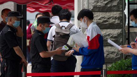 Jóvenes chinos con la COVID-19 rinden examen de admisión a la universidad aislados en un hospital