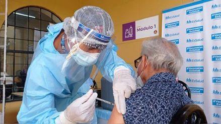 Vacuna contra la COVID-19: ¿Por qué los adultos mayores no están regresando por su segunda dosis?