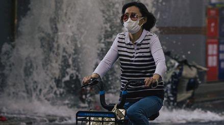 China restringe viajes y extrema las medidas para controlar los rebrotes de COVID-19