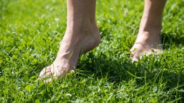 ¡Descálzate! Andar descalzo refuerza los músculos del pie