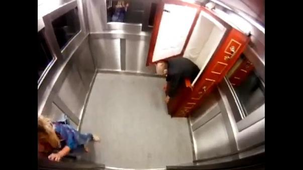 Broma ascensor ataud