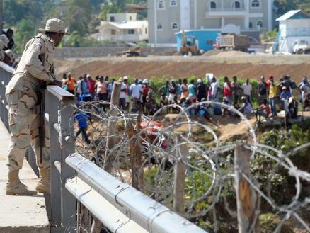 Tensión: Haitianos pugnan por entrar a República Dominicana | RPP Noticias