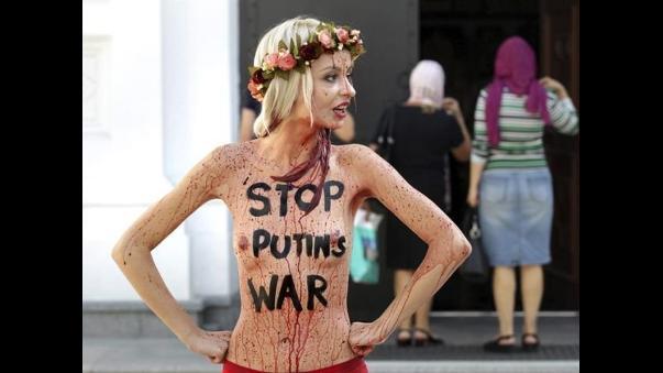 La mujer de Ucrania mira