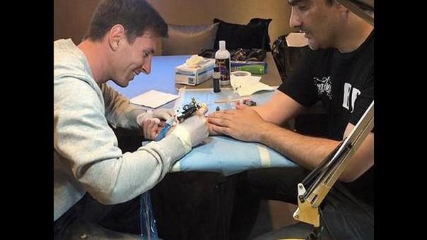 Barcelona Lionel Messi Se Convirtió En El Mejor Tatuador Por Un Día