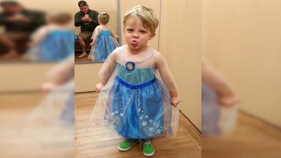 El pequeño Caiden eligió el disfraz de Elsa de Frozen para la noche de Halloween