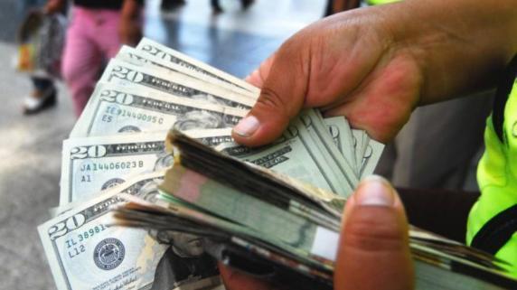 El dólar cerró este miércoles al alza.