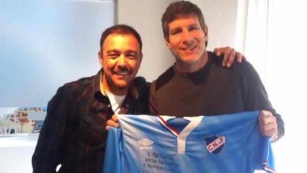 Alvaro Recoba y Martín Palermo posan juntos tras llegar a un acuerdo.
