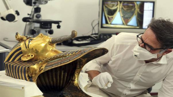 Comienzan a restaurar la máscara de Tuntankamón tras desprendimiento de su barbilla.