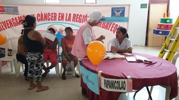 Mujeres de bajos recursos son atendidas en campaña para despistar el cáncer