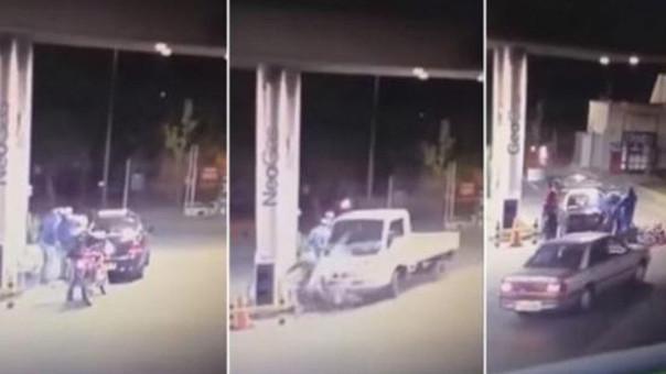 Como si fuera poco luego de las embestidas del vehículo, los trabajadores del lugar lo golpean