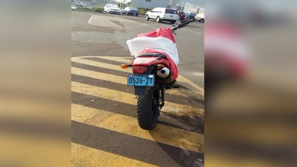 Moto cubierta con una bandera