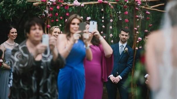 Facebook: Esta foto demuestra el problema con los celulares en las bodas