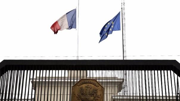 Bandera de Francia luce a media asta en embajada en Lima