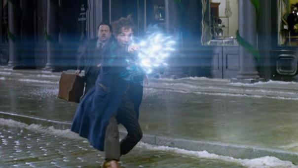 Eddie Redmayne interpreta al joven mago Newt Scamander.