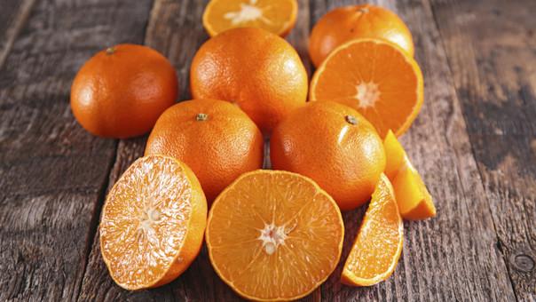 Se puede utilizar el jugo fresco o las cáscaras de naranja.