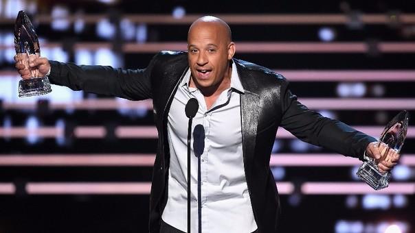 Vin Diesel dedicó el premio de 'Rápidos y furiosos 7' a su fallecido amigo Paul Walker.