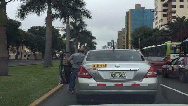 Chofer miccionar en plena avenida en San Isidro.