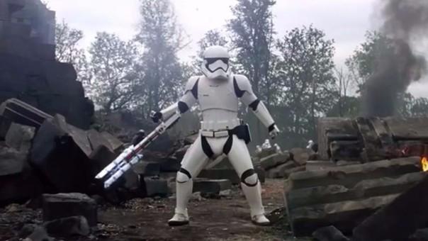 FN-2199 enfrenta a Finn en una corta batalla.