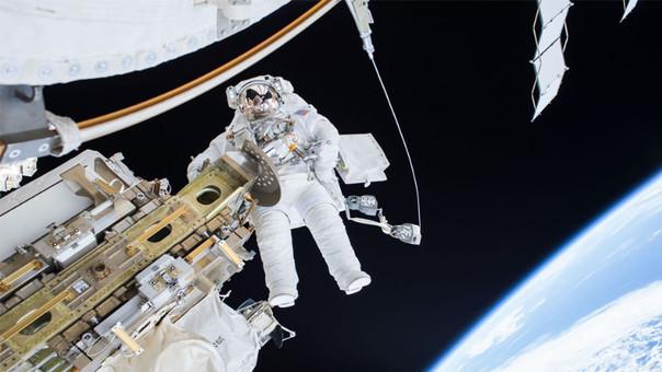 Salida de astronauta es acortada por entrada de agua en su casco
