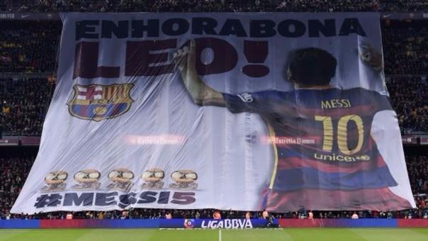 La bandera en homenaje a Lionel Messi