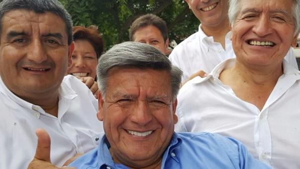 Acuña Peralta viene realizando abiertamente campaña política a favor de su hermano.